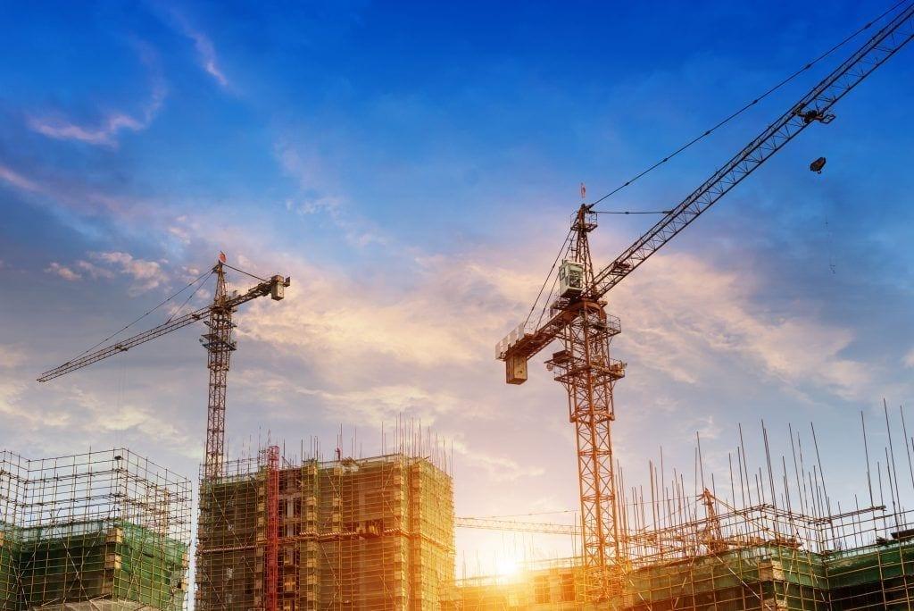 Grúas en una obra en construcción. Shutterstock