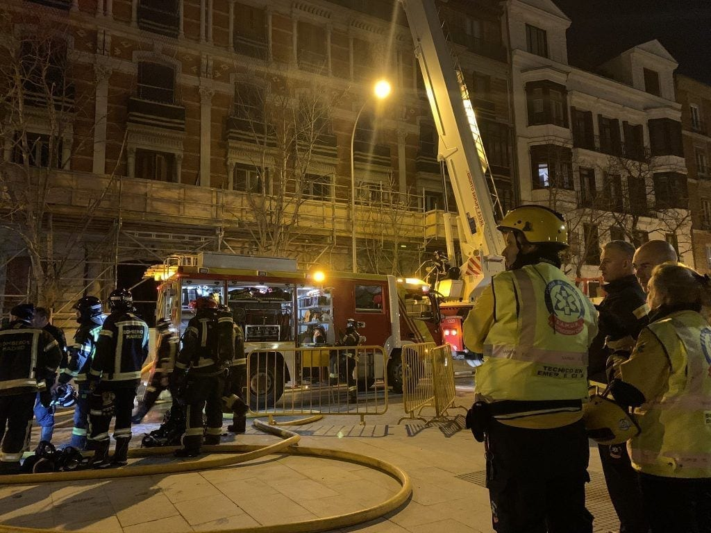 El fuego se propagó desde la última planta hasta la cubierta del edificio más lujoso y caro de Madrid, situado en el número 3 de la calle General Castaños.