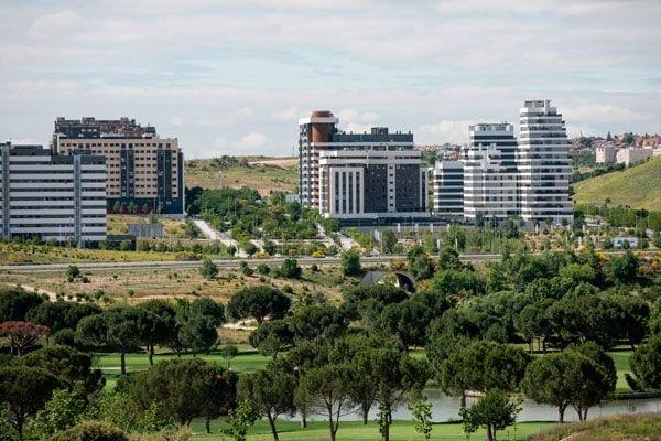 Valdebebas propone reconvertir a vivienda turística parte del millón de m2 de su suelo terciario