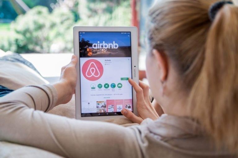 Airbnb vuelve a beneficios y mantiene su salida al Nasdaq