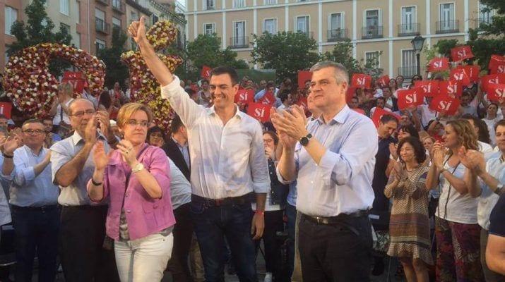 David Lucas junto a Pedro Sánchez en un acto del PSOE en 2016.