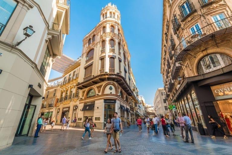 El tráfico peatonal en las calles comerciales españolas cae un 28% en junio