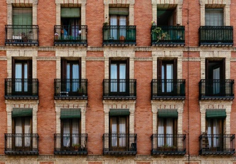 Andalucía, donde más jóvenes viven con sus padres y Cataluña, donde menos vivienda en propiedad tienen