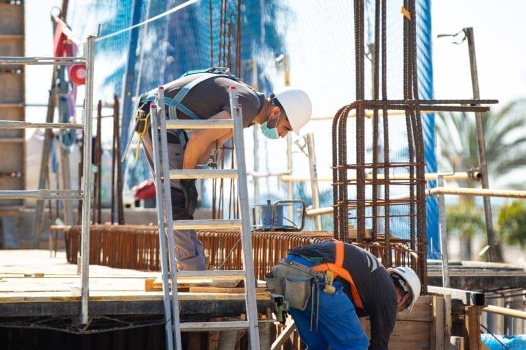 El paro baja en 89.849 personas en julio y cae un 2,1% en construcción