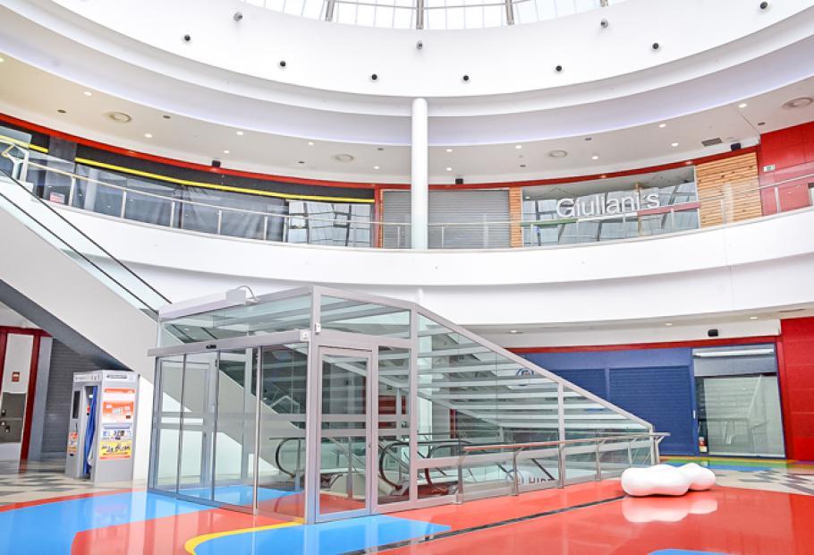 interior centro comercial albella lugo con locales cerrados