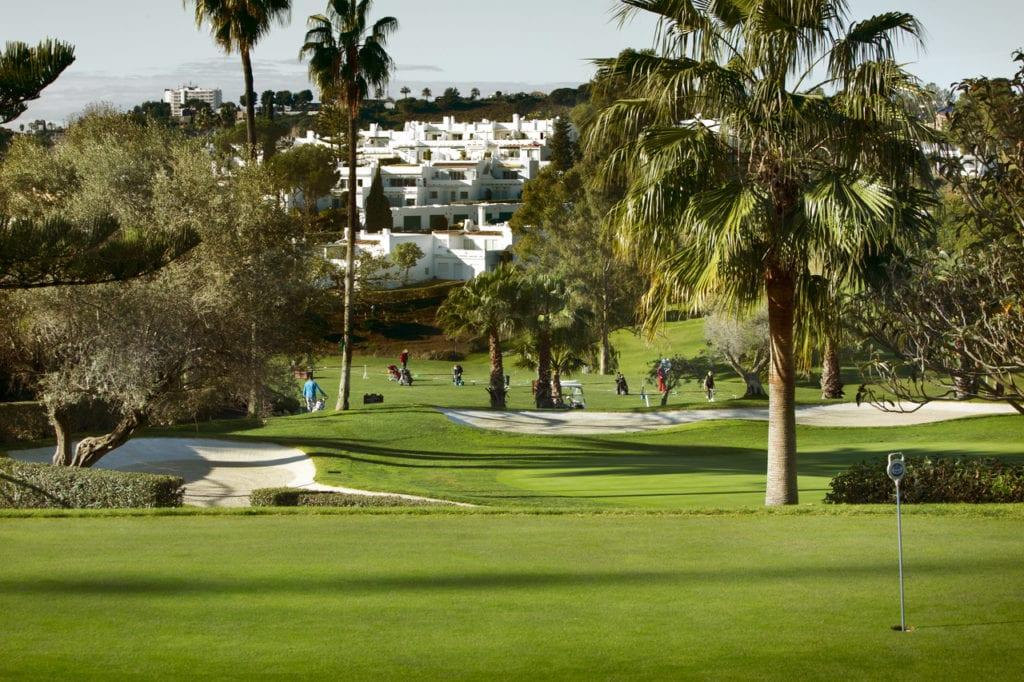 Imagen de un campo de golf que refleja un  aliciente para los turistas para visitar el país