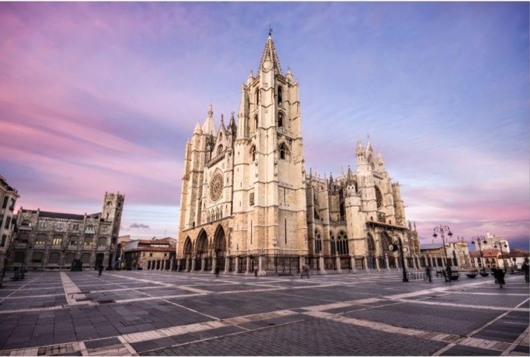 Castilla y León cierra la hostelería, los centros comerciales y deportivos desde el viernes