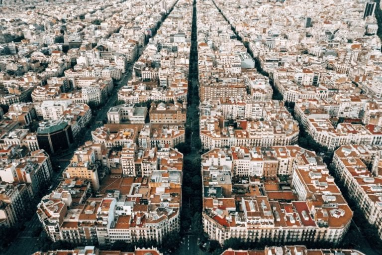 Las compraventas de vivienda aumentan en Cataluña, según los Apis