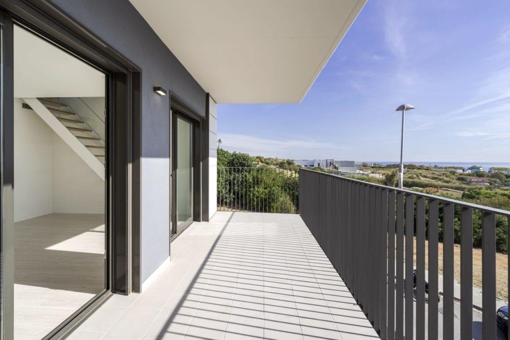 Terraza con el mar al fondo de una de las viviendas de la promocion Orpi de AEDAS Homes en El Masnou Barcelona. Easy Resize.com