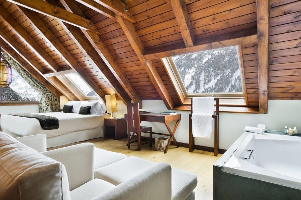 habitacion suite del hotel la pleta en baqueira pirineos rafael hoteles 1024x683 1