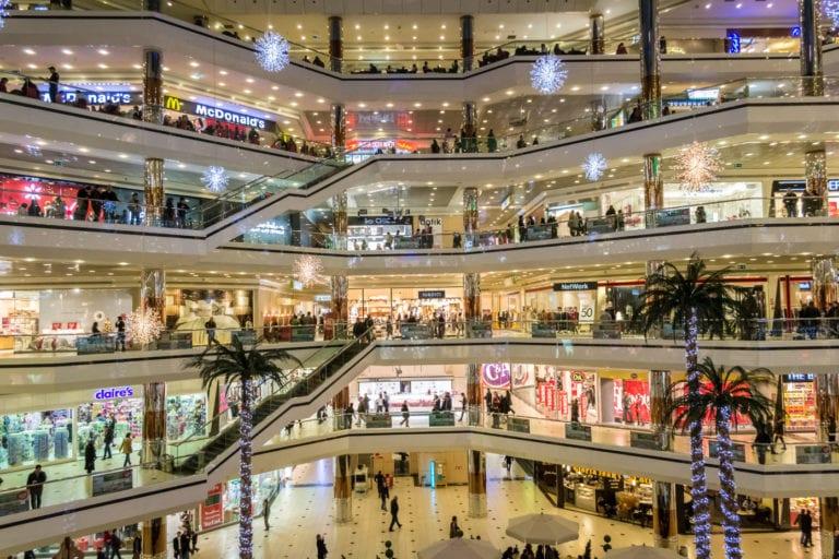 La afluencia a los centros comerciales se desploma casi un 40% con la pandemia