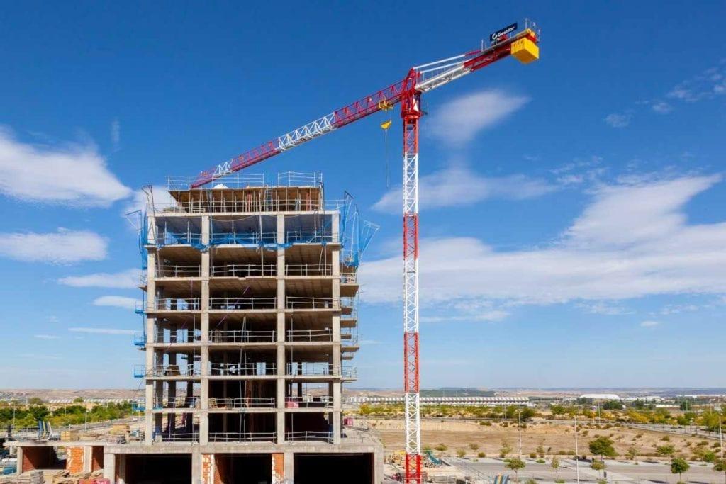 Grua en un edificio de viviendas en obras de construccion de gestilar 1024x683 1