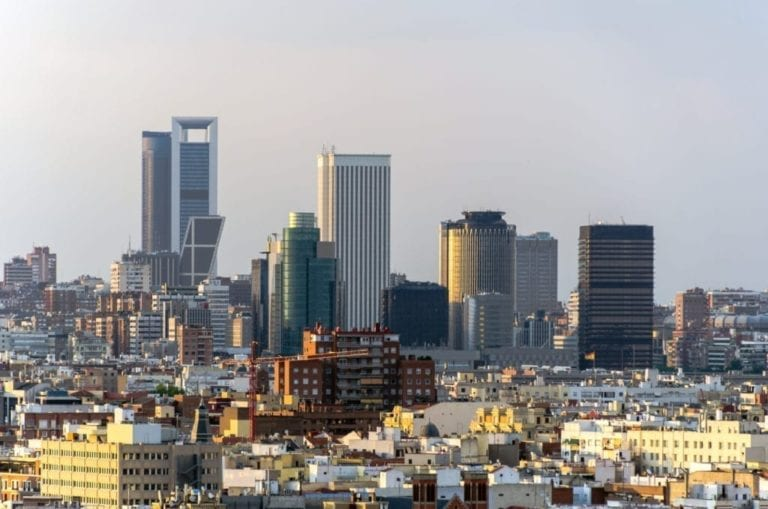 Crece la contratación de oficinas en Barcelona y se estanca en Madrid en el primer semestre
