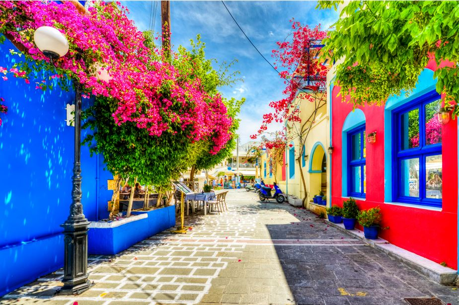 calle colorida grecia
